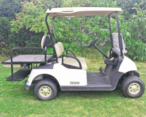 Gebrauchtes-Golfcart-EZGO-RXV-weiss-Flip-Bank-ausgeklappt